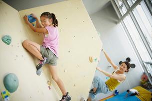 ボルダリングをする女の子と母親の写真素材 [FYI02057974]