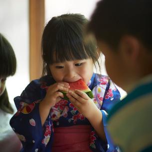 スイカを食べる浴衣姿の女の子の写真素材 [FYI02057975]