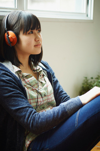 ヘッドフォンで音楽を聴く10代女性の写真素材 [FYI02057977]