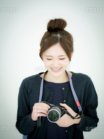 カメラを持つ女性の写真素材 [FYI02057978]