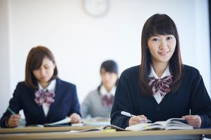 授業中の女子学生の写真素材 [FYI02057979]
