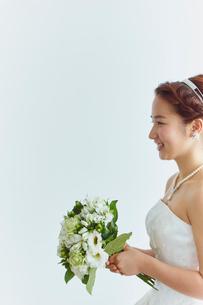 ブーケを持つ花嫁の写真素材 [FYI02057985]