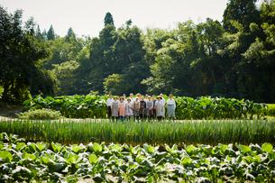 畑に立つ農家の人々の写真素材 [FYI02057990]