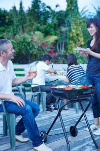ガーデンパーティーをする2組の夫婦の写真素材 [FYI02057994]