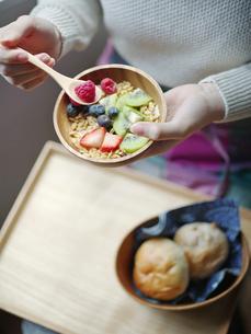 フルーツグラノーラを食べる女性の手元の写真素材 [FYI02058009]