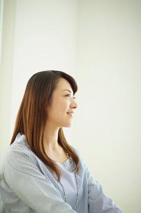笑顔の女性の横顔の写真素材 [FYI02058021]