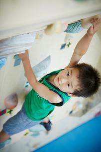 ボルダリングをする男の子の写真素材 [FYI02058023]