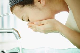 洗顔をする女性の写真素材 [FYI02058026]