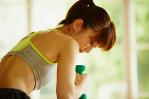 ダンベルでトレーニングをする女性の写真素材 [FYI02058027]