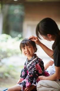 母親に頭を撫でてもらう浴衣姿の女の子の写真素材 [FYI02058028]