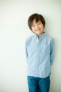 笑顔の小学生の男の子の写真素材 [FYI02058042]