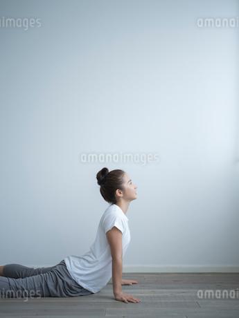 ヨガをする女性の写真素材 [FYI02058043]