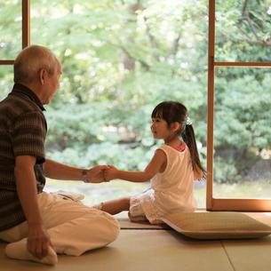祖父と手をつなぐ女の子の写真素材 [FYI02058045]