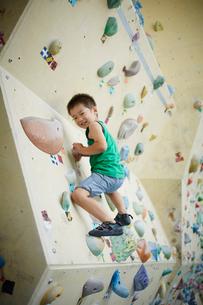 ボルダリングをする男の子の写真素材 [FYI02058047]
