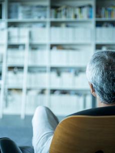 椅子に座りくつろぐシニア男性の写真素材 [FYI02058050]
