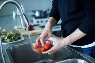 料理をするミドル男性の手元の写真素材 [FYI02058054]