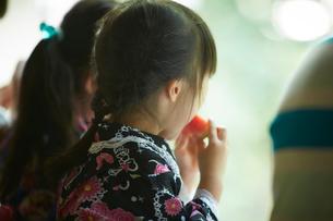 スイカを食べる浴衣姿の女の子たちの写真素材 [FYI02058062]