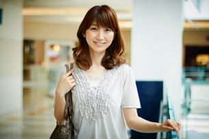 笑顔の女性ポートレートの写真素材 [FYI02058092]