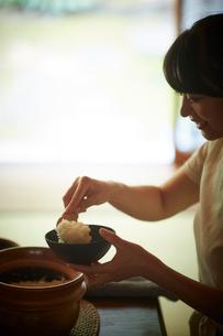 ご飯をよそう日本人女性の写真素材 [FYI02058096]