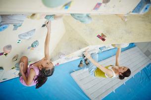 ボルダリングをする女の子と母親の写真素材 [FYI02058102]