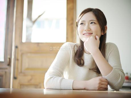 頬杖をつく女性の写真素材 [FYI02058111]