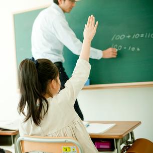 授業中に挙手する小学生の女の子の写真素材 [FYI02058115]