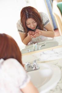 洗顔をする女性の写真素材 [FYI02058116]
