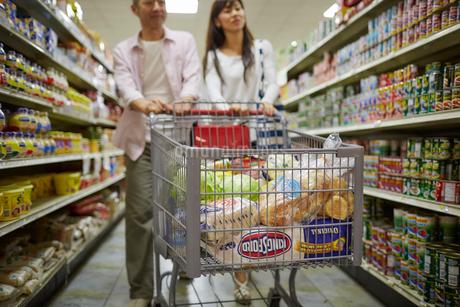 スーパーマーケットで買い物をする夫婦の写真素材 [FYI02058117]