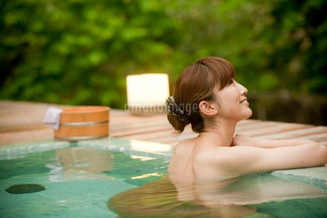 露天風呂に入浴する女性の写真素材 [FYI02058118]