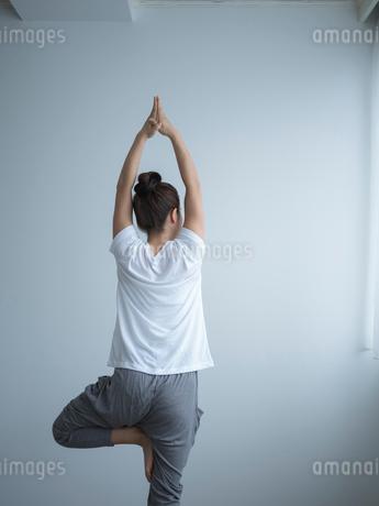 ヨガをする女性の写真素材 [FYI02058122]