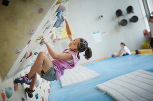ボルダリングをする女の子の写真素材 [FYI02058127]