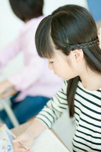 教室で勉強する小学生の女の子の写真素材 [FYI02058137]