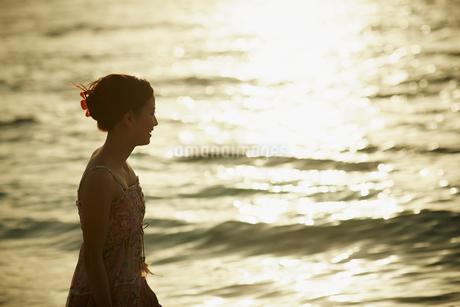 海面に反射する光と女性の写真素材 [FYI02058142]