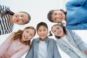 日本人と外国人の子供たち5人の写真素材 [FYI02058143]