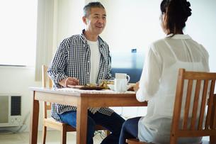 食事をするミドル夫婦の写真素材 [FYI02058146]