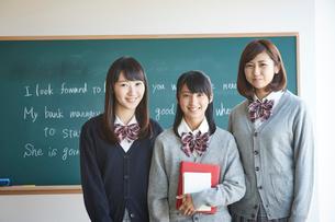 黒板の前に立つ3人の女子学生の写真素材 [FYI02058167]