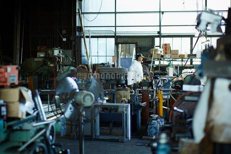 工場で働く作業員の写真素材 [FYI02058172]