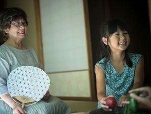 縁側でくつろぐ祖母と女の子の写真素材 [FYI02058178]