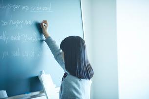 黒板に書く女子学生の写真素材 [FYI02058180]