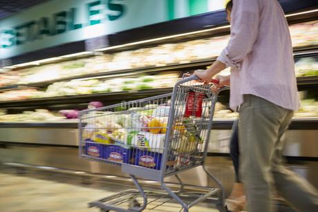 スーパーマーケットで買い物をする夫婦の写真素材 [FYI02058184]
