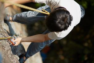 リードクライミングをする男性の写真素材 [FYI02058185]