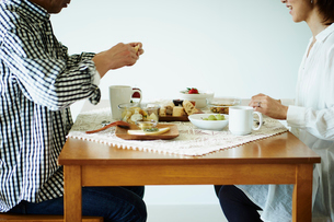 食事をするミドル夫婦の写真素材 [FYI02058189]