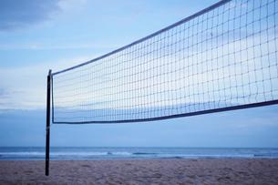 夕暮れのビーチとビーチバレーのネットの写真素材 [FYI02058192]