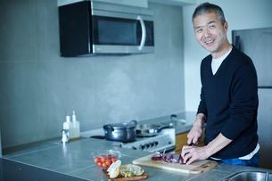 料理をするミドル男性の写真素材 [FYI02058194]