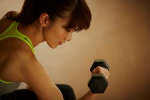 ダンベルでトレーニングをする女性の写真素材 [FYI02058195]
