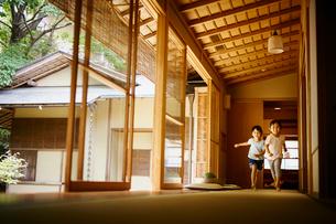 廊下を走る女の子2人の写真素材 [FYI02058198]