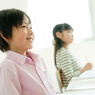 教室で勉強する小学生の男の子と女の子の写真素材 [FYI02058206]
