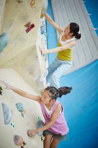 ボルダリングをする女の子と母親の写真素材 [FYI02058211]