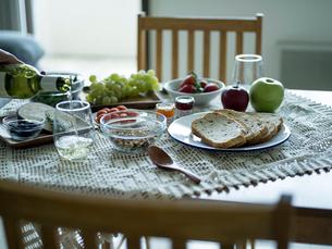 テーブルの上の朝食の写真素材 [FYI02058214]