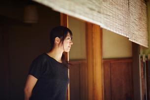 外を眺める女性の横顔の写真素材 [FYI02058215]